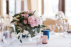 Boeket van bloemen op een huwelijkslijst Een mooi huwelijksdecor royalty-vrije stock fotografie