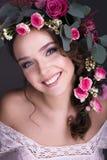 Boeket van bloemen op het hoofd mooie meisje royalty-vrije stock fotografie