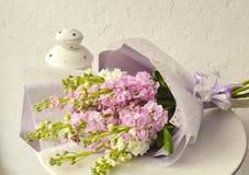 Boeket van bloemen op witte achtergrond royalty-vrije stock afbeeldingen