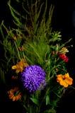 Boeket van bloemen op zwarte achtergrond stock afbeelding