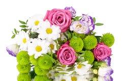 Boeket van bloemen roze rozen, witte chrysanten met groene bladeren op witte dicht omhoog geïsoleerde achtergrond royalty-vrije stock foto