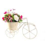 Boeket van bloemen in staalemmer Stock Fotografie