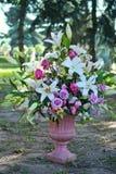 Boeket van bloemen in steenvaas in een buitenkant van stadspark Royalty-vrije Stock Foto's