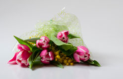 Boeket van bloemen: tulpen en Mimosa in tsellofannovy shell Stock Afbeeldingen