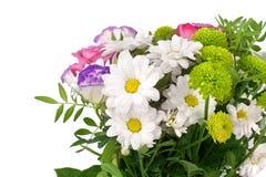Boeket van bloemen witte chrysanten, roze rozen met groene bladeren op witte dicht omhoog geïsoleerde achtergrond stock fotografie
