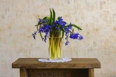 Boeket van bosbloemen in vrouwelijke hand royalty-vrije stock foto