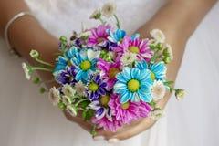 Boeket van bruid het holding gekleurde bloemen stock foto's