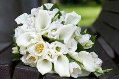 Boeket van calla lelies en tulpenbloemen voor de huwelijksceremonie Stock Foto's
