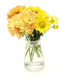 Boeket van chrysant in een glasfles stock foto's
