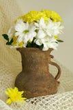 Boeket van chrysant in oude vaas royalty-vrije stock foto's