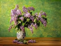 Boeket van de lente purpere Sering in een vaas op een geschilderde achtergrond Royalty-vrije Stock Foto's
