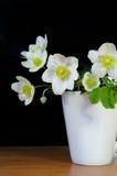 Boeket van de lentebloemen in een kop Stock Afbeelding