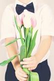 Boeket van de lentebloemen in kinderen` s handen Royalty-vrije Stock Fotografie