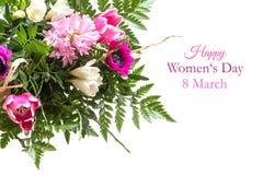 Boeket van de lentebloemen op wit met tekst, gelukkige wom worden geïsoleerd die royalty-vrije stock foto's