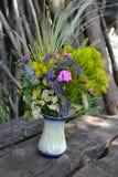 Boeket van de zomerbloemen in een dorp Royalty-vrije Stock Afbeeldingen