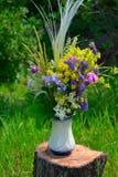 Boeket van de zomerbloemen op een boomstomp Stock Fotografie