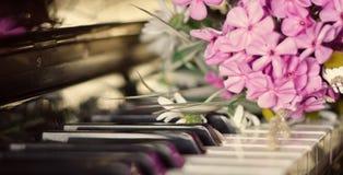 Boeket van de zomerbloemen op een piano Royalty-vrije Stock Fotografie