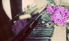 Boeket van de zomerbloemen op een piano Stock Afbeeldingen