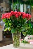 Boeket van donkere roze rozen stock afbeelding