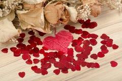 Boeket van droge rozen en rode doos, valentijnskaart Stock Afbeelding