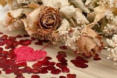 Boeket van droge rozen en rode doos, valentijnskaart Royalty-vrije Stock Fotografie