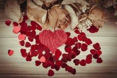 Boeket van droge rozen en rode doos, valentijnskaart Royalty-vrije Stock Foto