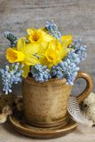 Boeket van gele narcissen en de blauwe hyacint van de muscaridruif stock foto