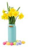 Boeket van gele narcissenbloemen met paaseieren Stock Foto's