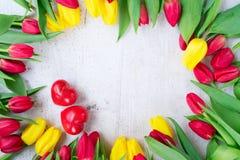 Boeket van gele, purpere en rode tulpen Stock Foto's