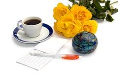 Boeket van gele rozen, koffie, de bol en het notitieboekje met Royalty-vrije Stock Afbeeldingen