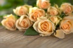Boeket van gele rozen op houten raad Stock Foto