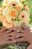 Boeket van gele rozen & trouwringen Stock Foto