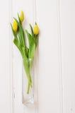 Boeket van gele tulpen in een glasvaas Stock Fotografie