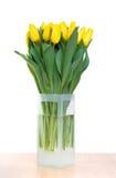 Boeket van gele tulpen in vaas Stock Afbeeldingen