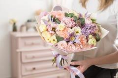 Boeket van gevoelige pastelkleur mooie luxebos van gemengde bloemen in de hand van de vrouw het werk van de bloemist bij a Royalty-vrije Stock Foto