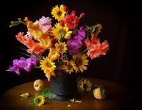 Boeket van gladioli en zonnebloemen Stock Afbeeldingen
