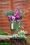 Boeket van heldere bloemen in openlucht Stock Foto's