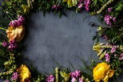 Boeket van heldere bloemen voor Vrouwendag, de achtergrond van de Moederdag Vlak leg Hoogste mening Plaats voor tekst stock afbeelding