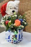 Boeket van Kerstboom met Kerstmisdecoratie en mooie bloemen Stuk speelgoed ijsbeer op de achtergrond stock afbeeldingen