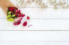 Boeket van kleurrijke chrysant met wilde bloemen op witte houten achtergrond stock afbeelding