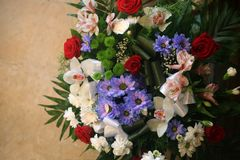 Boeket van kleurrijke verschillende bloemen hoogste mening tegen oranje steenachtergrond royalty-vrije stock foto's