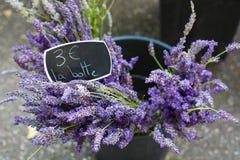 Boeket van lavendel in de markt in de Provence, Frankrijk wordt verkocht dat stock foto's