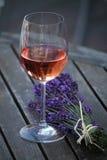 Boeket van lavendel en glas wijn royalty-vrije stock afbeeldingen