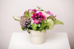 Boeket van mooie gemengde bloemen in vaas Mooie bos van bloemen Het werk van de professionele bloemist Wedding of huisdecor royalty-vrije stock foto's