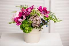 Boeket van mooie gemengde bloemen in vaas Mooie bos van bloemen Het werk van de professionele bloemist Wedding of huisdecor royalty-vrije stock afbeeldingen