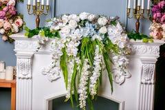 Boeket van mooie gemengde bloemen in vaas op de open haard Mooie bos van bloemen Het werk van de professionele bloemist Wedding o royalty-vrije stock afbeelding