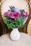 Boeket van mooie gemengde bloemen in witte vaas Mooie bos van bloemen Het werk van de professionele bloemist Wedding of huisdecor stock afbeeldingen