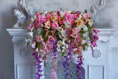 Boeket van mooie heldere gemengde bloemen op de witte open haard Mooie bos van bloemen Het werk van de professionele bloemist stock afbeelding