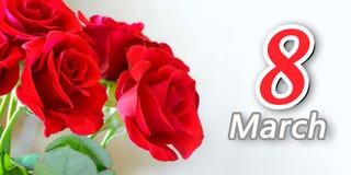 Boeket van Mooie Rode Rozen op Lichte Achtergrond Groetkaart voor de Dag 8 van Vrouwen Maart Stock Afbeeldingen
