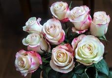 Boeket van mooie rozen op een donkere achtergrond Stock Afbeeldingen